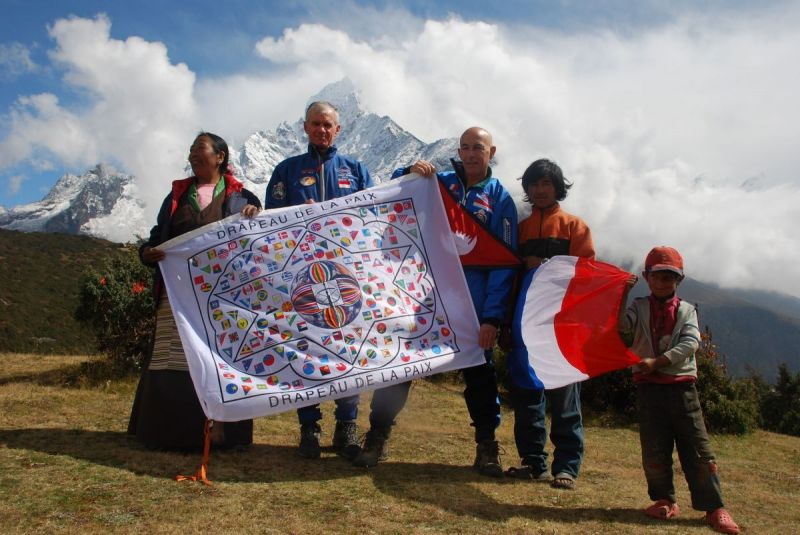 drapeau-de-la-paix-Everest-2011